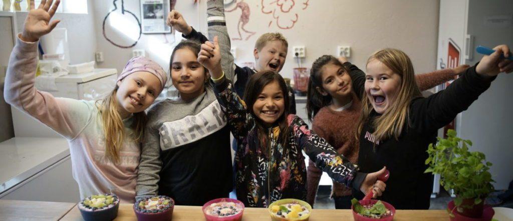 Barn i Ytre Arna liker å leke med maten